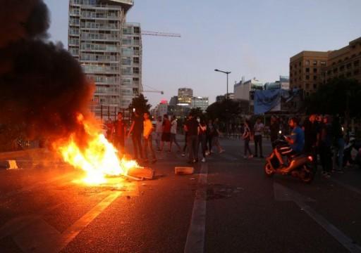 محتجون لبنانيون يغلقون الطرق بالإطارات المشتعلة بعد انهيار الليرة