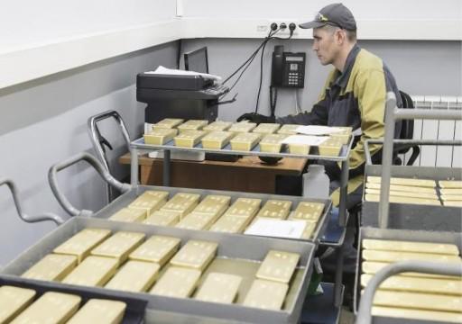 الذهب يصمد على ارتفاعه والأسهم تتراجع وسط الأزمات العالمية