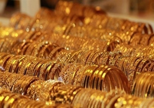 الذهب يرتفع بفعل بيانات أمريكية قاتمة لكنه يتجه لانخفاض أسبوعي 2%