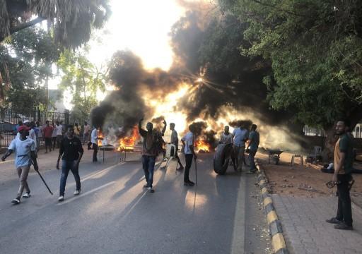 السودان.. مقتل ضابط و4 محتجين في محيط الاعتصام بالخرطوم
