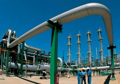 النفط يهبط دولارا للبرميل وسط قلق بفعل تنامي إصابات كوفيد-19