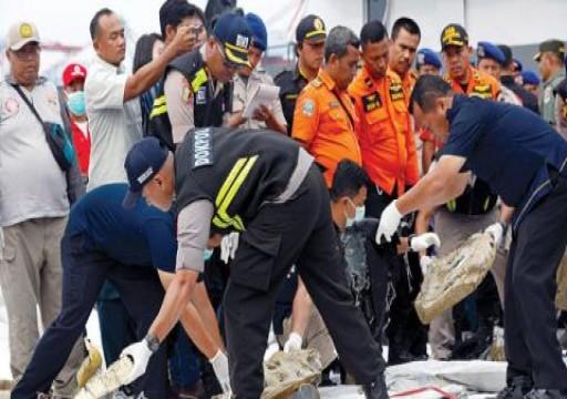 إندونيسيا تعلن استخراج أحد صندوقي الطائرة المنكوبة