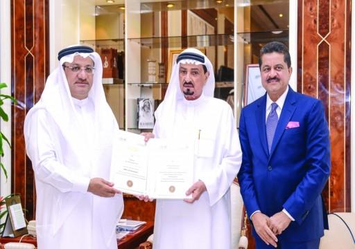 حاكم عجمان يستقبل عاهل البحرين ويتسلم «شخصية العام» الصحية