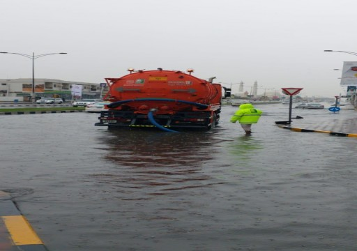بلدية الشارقة تسحب 7 آلاف حمولة من مياه الأمطار
