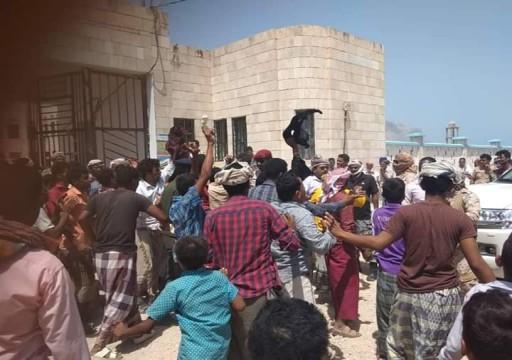 مسلحون مدعومون من أبوظبي يعتدون على موكب حاكم سقطرى اليمنية