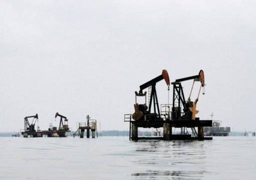 النفط ينخفض 2% وارتفاع المخزونات الأمريكية يجدد مخاوف المعروض