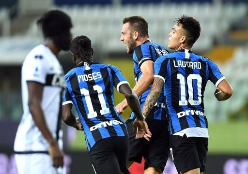 إنتر ميلان يحتفظ بآمال المنافسة على الدوري الإيطالي بفوز مثير على بارما