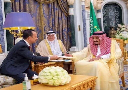 العاهل السعودي يتسلم رسالة خطية من رئيس وزراء ماليزيا