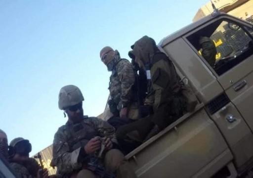 لوفيغارو: أبوظبي تدفع للمرتزقة الروس وترسل آخرين سوريين موالين للأسد إلى ليبيا