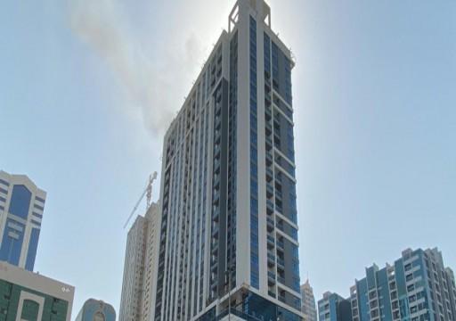 مدني الشارقة يعلن السيطرة على حريق في برج قيد الإنشاء