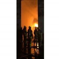 إخماد حريق في مستودع للمواد البلاستيكية بعجمان