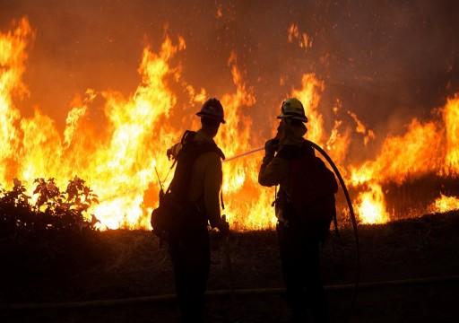 حريق هائل يهدد آلاف المنازل في جنوب كاليفورنيا