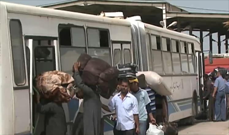 مصريون عائدون من ليبيا ينتقدون التأخر في إجلائهم