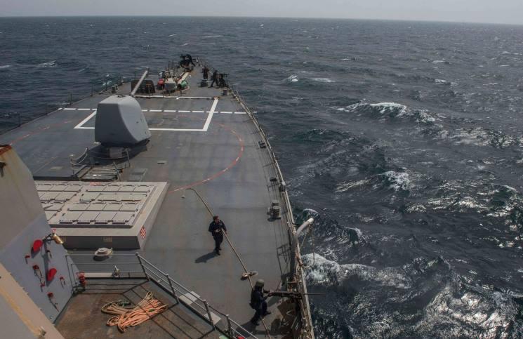 سفينة أمريكية تطلق أعيرة تحذيرية صوب سفينة تابعة للحرس الثوري الإيراني