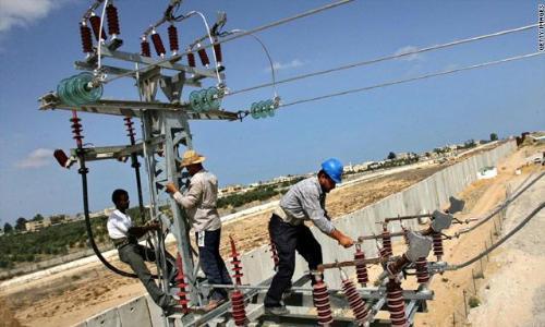استبدال عوازل خط نقل الكهرباء الهوائي في منطقة العوير – حتا بدبي