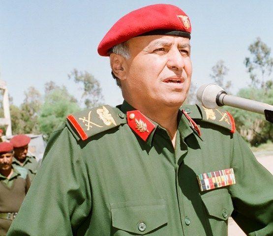 الرئيس اليمني يرتدى بزته العسكرية لأول مرة ويزور معسكرات