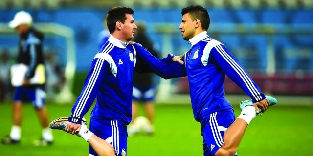 """أغويرو يسعى لضم """"ميسي"""" إلى مانشستر سيتي"""