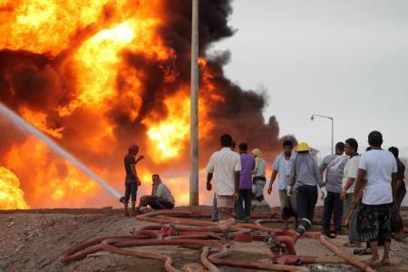 حريق في مصفاة عدن بعد قصف الحوثيين للميناء