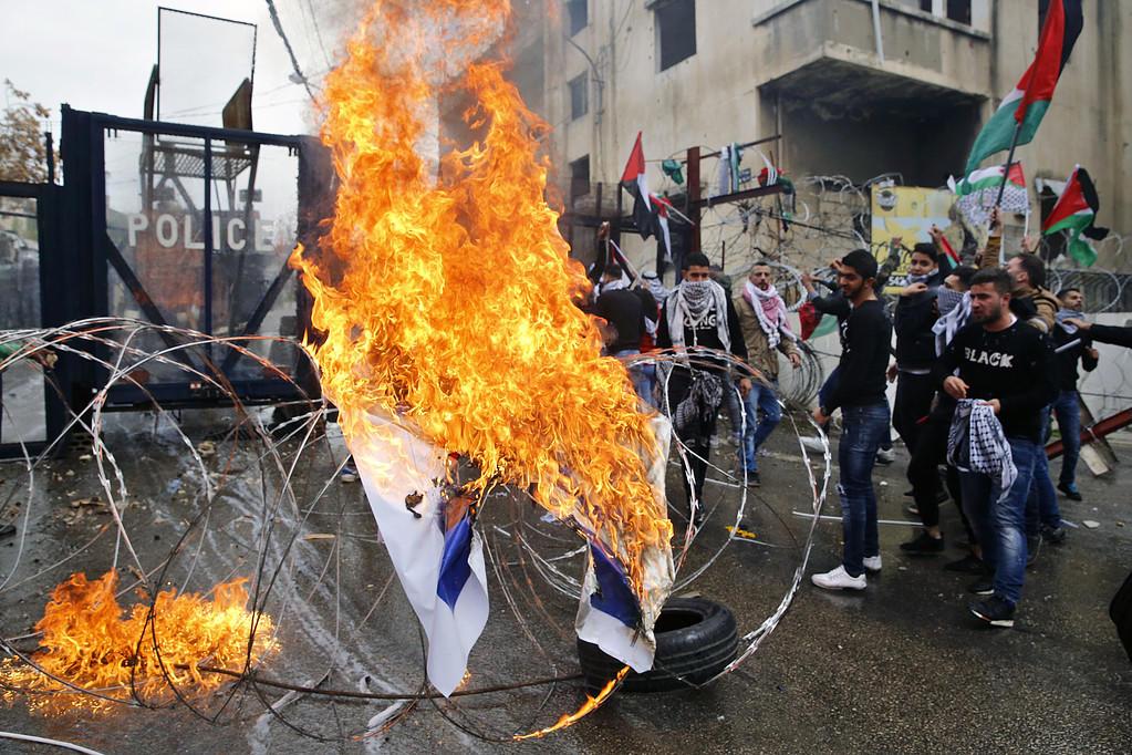 مواجهات عنيفة بمحيط سفارة واشنطن في بيروت