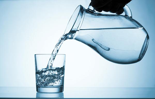 ماذا سيحدث لو شربت 10 أكواب من الماء يوميا لمدة شهر؟!