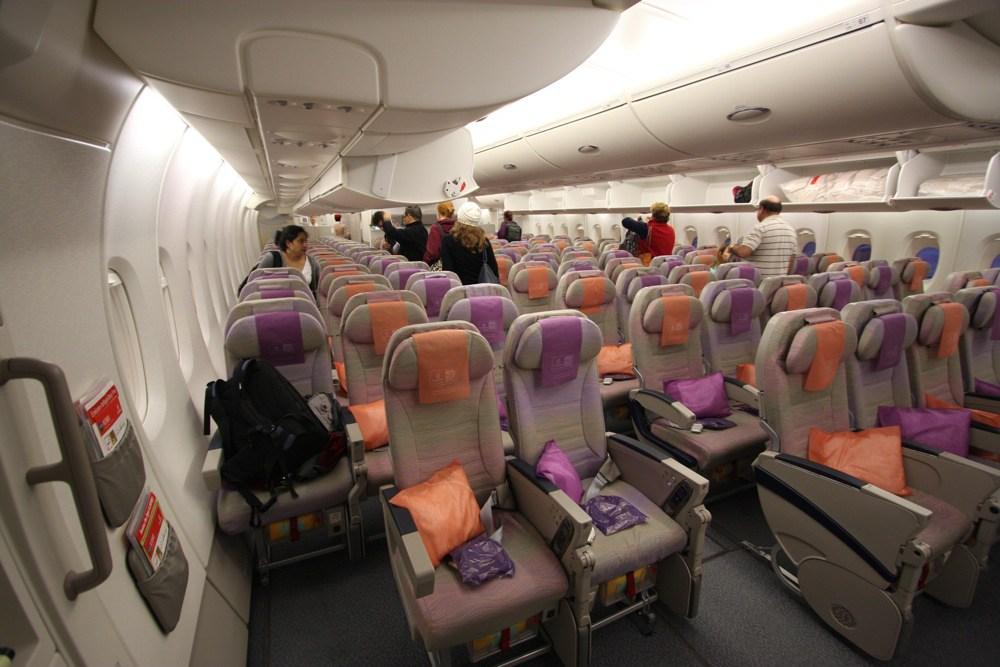 طيران الإمارات تدرس فرض رسوم جديدة على المسافرين