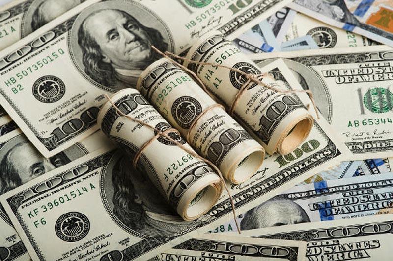 الدولار يهوي لأدنى مستوى في 15 شهراً