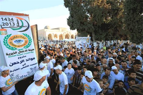 """""""الأعمال الخيرية الاماراتية"""" تقدم 150 ألف وجبة للمصلين في """"الأقصى"""""""