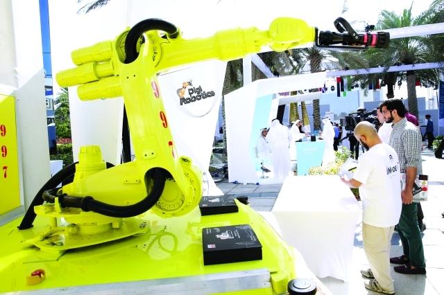 """""""رجل آلي"""" في دبي يكافح حرائق المولات والمطارات"""
