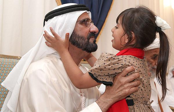 محمد بن راشد يقدم واجب العزاء في الشهيد حمود علي العامري