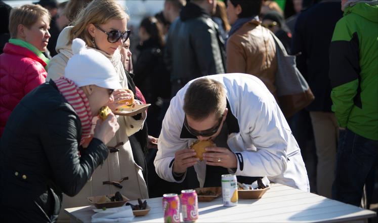 الرجال أسرع من النساء في تناول الطعام