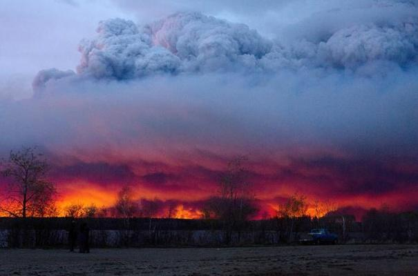 النيران تلتهم مدينة كندية بأكملها بعد إخلائها من السكان