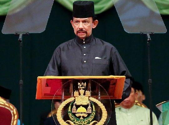 سلطان بروناي يدافع عن تطبيق بلاده للشريعة الإسلامية