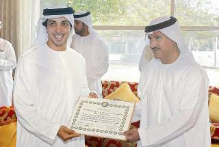 منصور بن زايد يتسلم جائزة اللجنة التنظيمية لسباقات الهجن