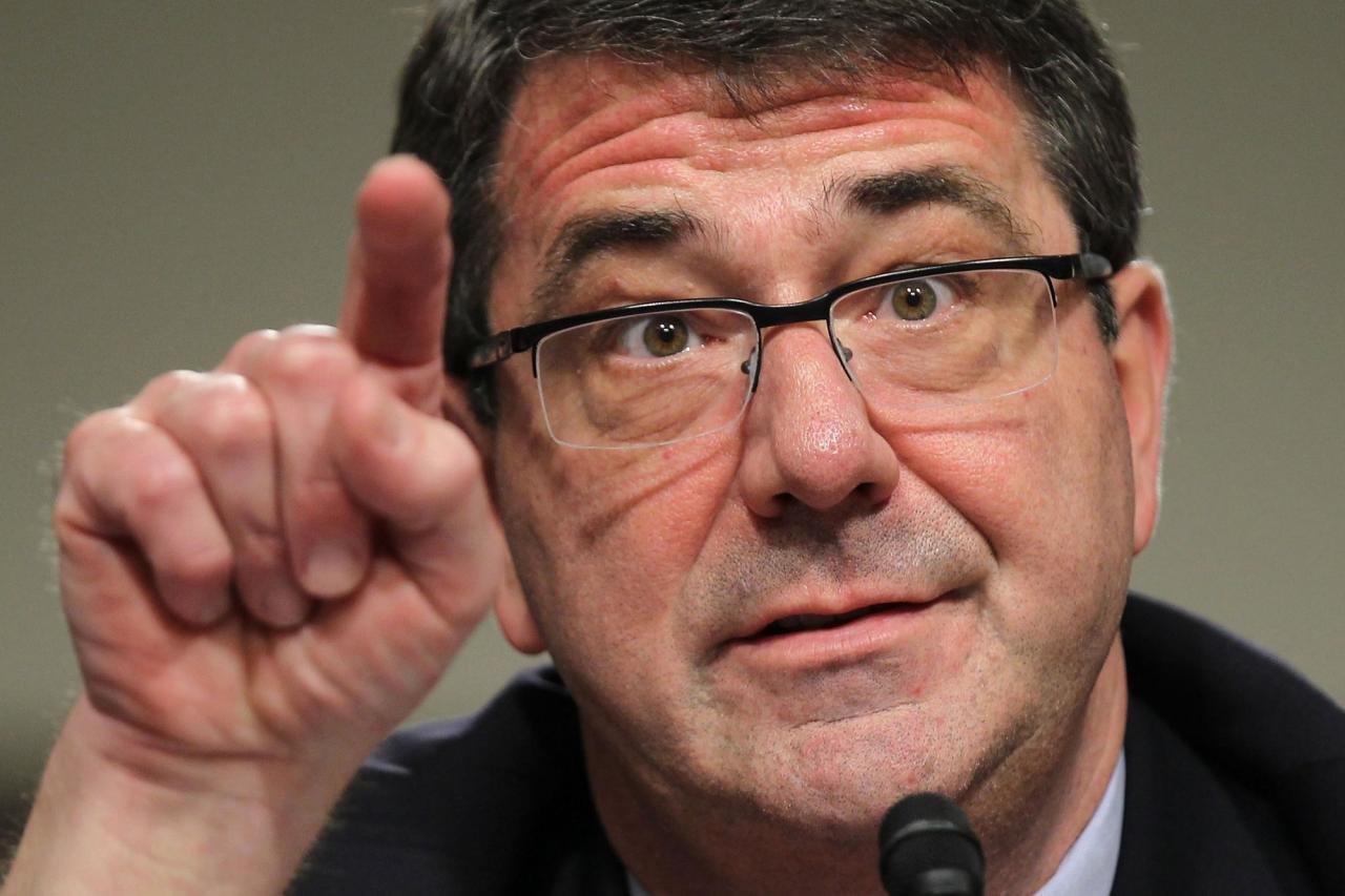 """وزير الدفاع الأمريكي يتوعد إيران  بـ""""قنبلة خارقة للتحصينات"""""""