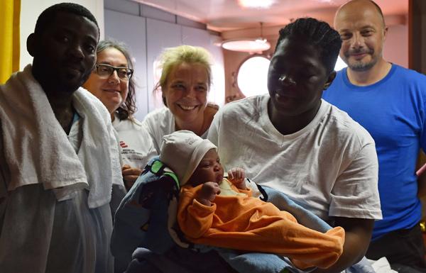 مهاجرة تنجب على متن سفينة بعيد نجاتها من الموت غرقا
