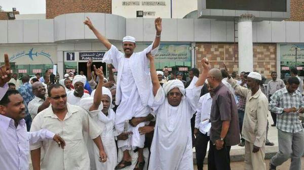 استقبال حاشد لراعٍ سوداني بعد ظهوره في فيديو يثبت أمانته