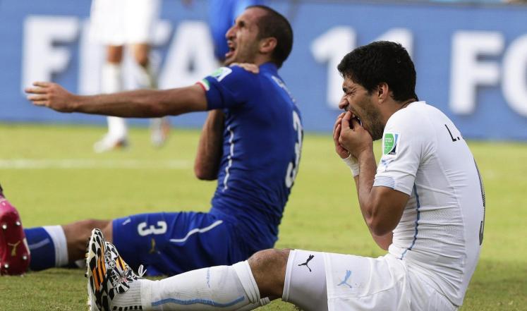 سواريز يعتذر لمدافع إيطاليا  كيليني عن واقعة العض