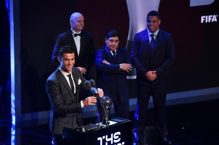 رونالدو يحتفظ بجائزة الفيفا لأفضل لاعب في العالم