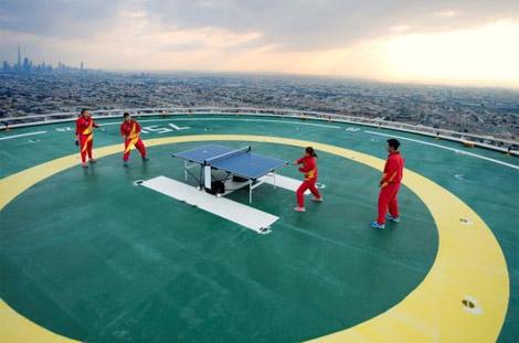 الفريق الصيني لتنس الطاولة على مهبط طائرات برج العرب