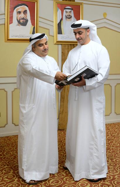 وزير الداخلية يتسلم نسخة من كتاب القائد الاجتماعي