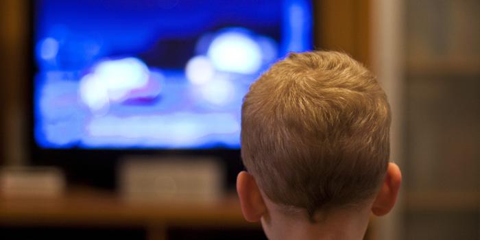 قضاء الطفل لأكثر من ساعتين أمام التلفاز يعرضه لمشاكل صحية