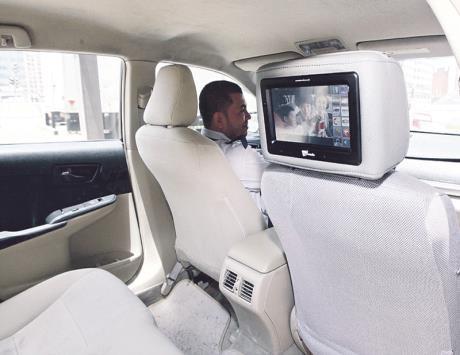 تقييمات متباينة لركاب سيارات الأجرة بشأن الشاشة التفاعلية