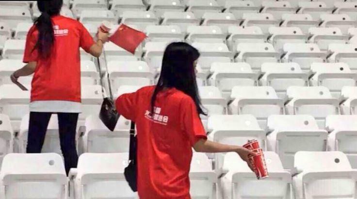 صورة لجماهير الصين وهي تنظف مدرجات الملعب بعد مباراة منتخبها مع قطر