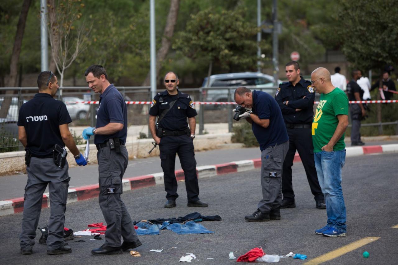 جرح مستوطنَين إسرائيليين بعملية طعن واستشهاد المنفذ