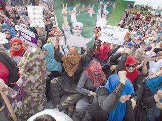 سياسي باكستاني معارض يعود لقيادة ثورة في بلاده