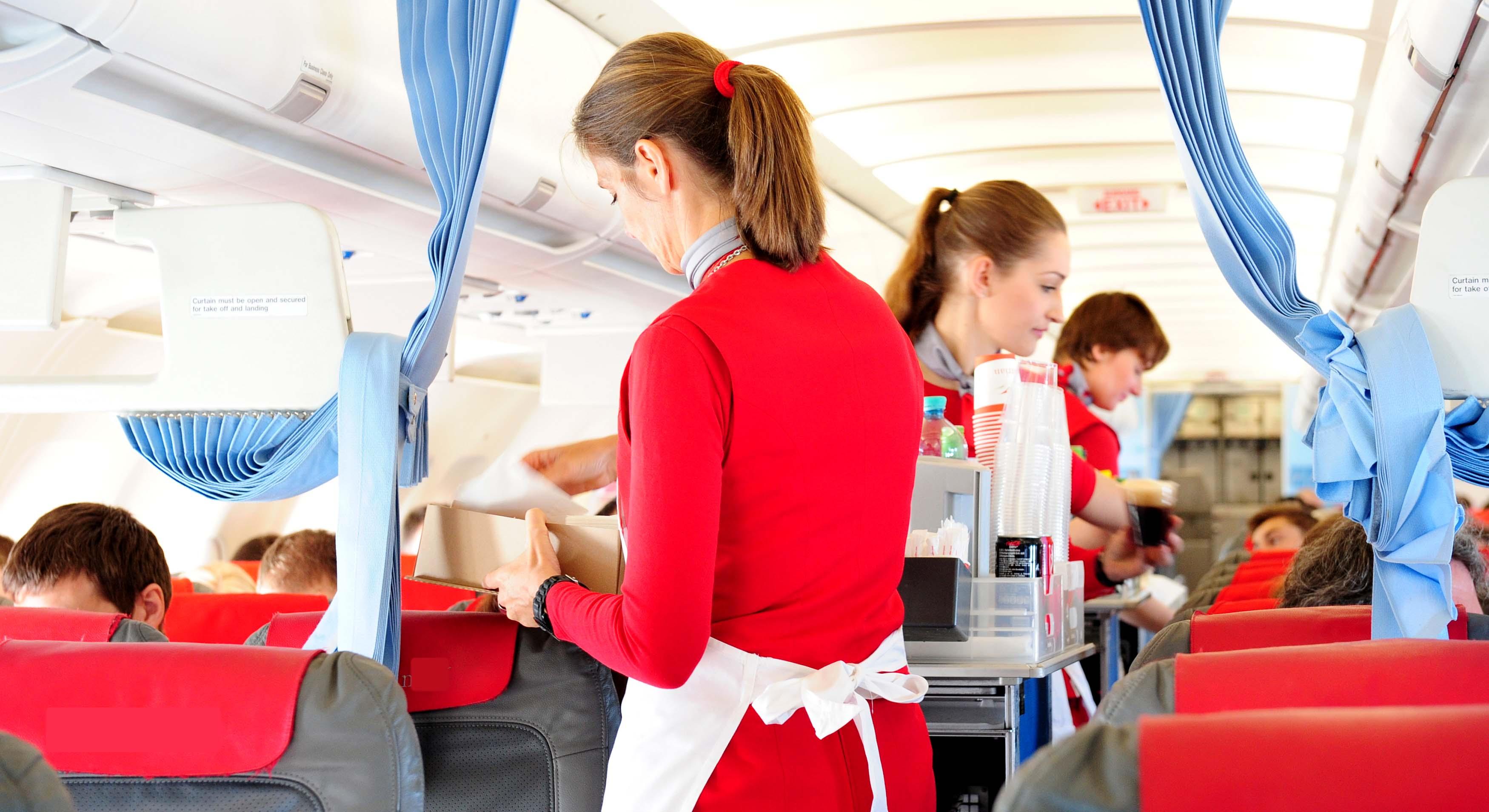 8 أخطاء مزعجة تضايق المضيفات من ركاب الطائرات