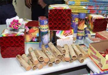 شرطة دبي تضبط آلاف صناديق الألعاب النارية