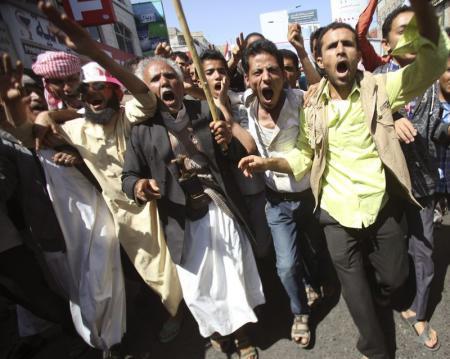 مسلحو الحوثي يطلقون النار على متظاهرين ويصيبون أربعة منهم