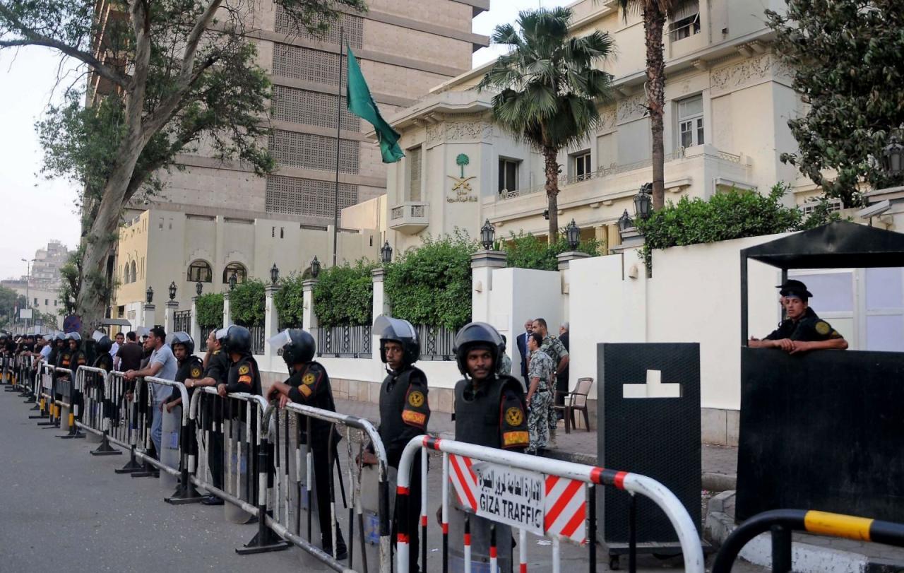 بعد حملة تحريض ضد الرياض تضارب حول انسحاب قوات تأمين السفارة بالقاهرة