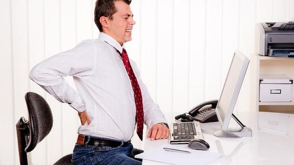 الوقوف أثناء فترة العمل يخفف من آلام الظهر